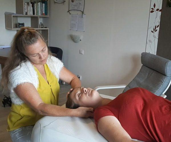 L'Ortho-Bionomy® soulage les douleurs, amène une profonde détente et une meilleure circulation énergétique. Elle agit sur la structure squelettique et musculaire, tout en portant une attention particulière au crâne, aux viscères et à la posture.